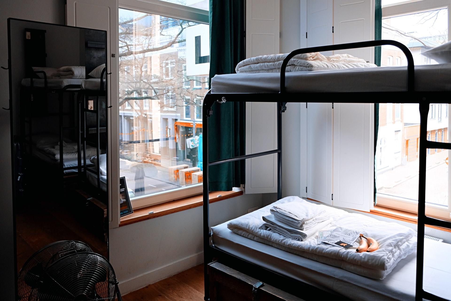 ベッドが2つ並んでる部屋